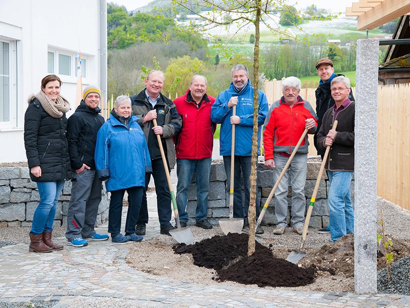 web_Gemeinsame-Baumpflanzung-bei-der-Feierstunde-Fetrtigstellung-Aussenanlagen-PWLH-Anger